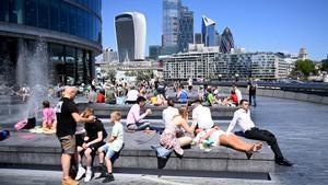 Ciudadanos británicos se relajan en el centro de Londres la semana pasada.