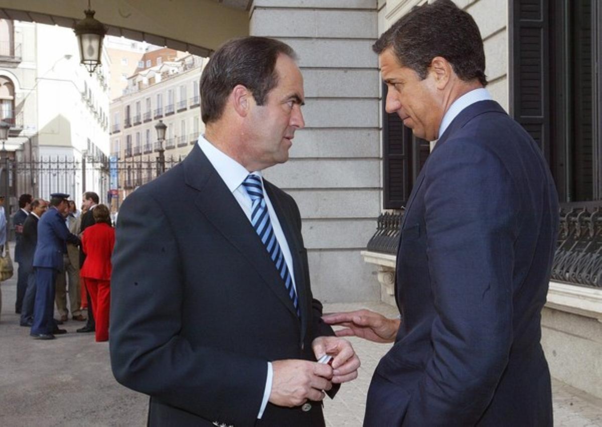 José Bono (izquierda) y Eduardo Zaplana, fotografiados en el Congreso en septiembre del 2005.