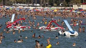 La playa de Llevant de Salou, repleta de bañistas.