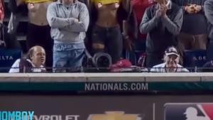 El momento en que las modelos Julia Rose y Lauren Summer se levantaron la camiseta durante el partido entre los Astros y los Nationals.