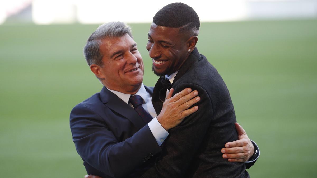 Laporta: Ilaix no puede echarnos este pulso; me gustaría que recapacitara. En la foto, Laporta y Emerson Royal se abrazan sobre el césped del Camp Nou en la presentación del defensa brasileño.