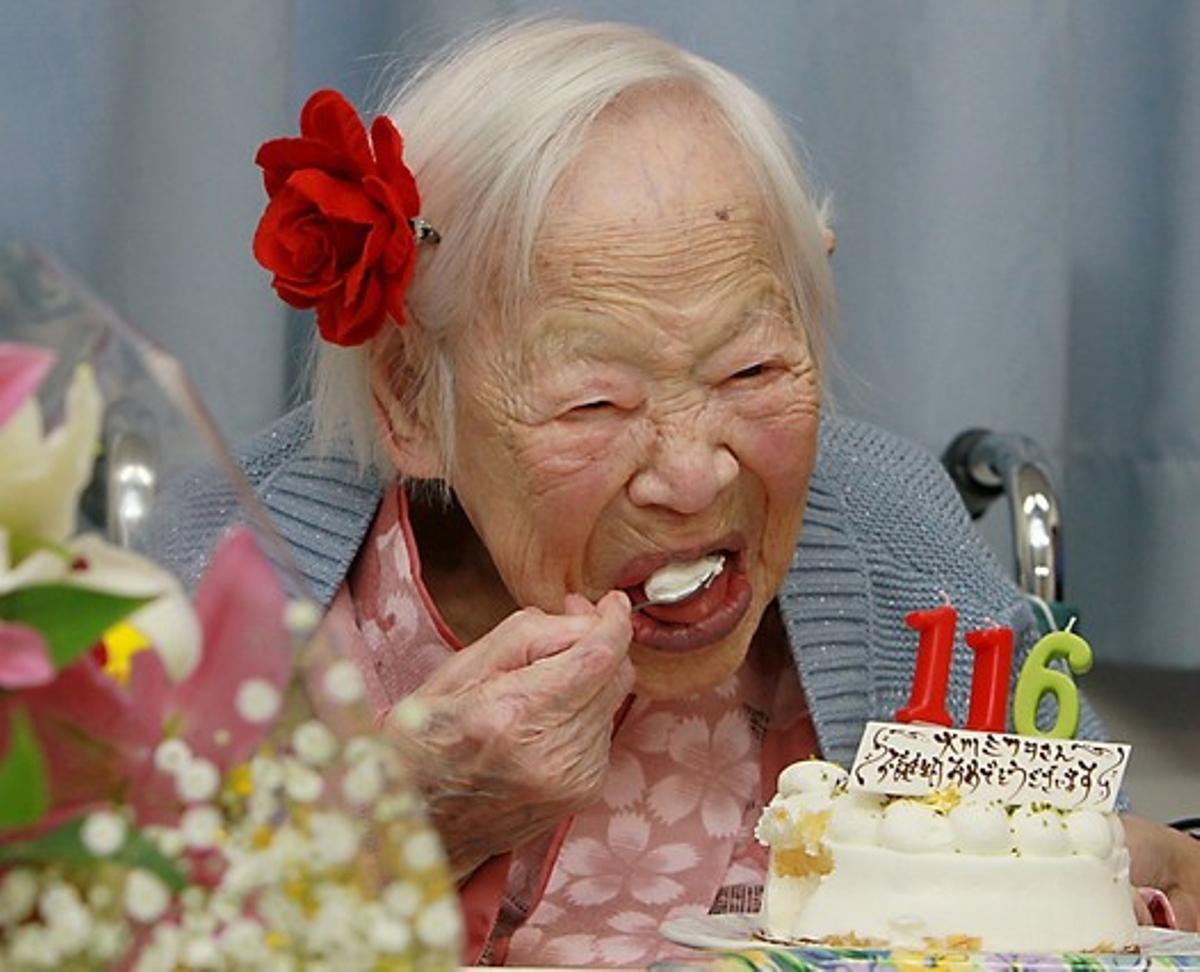 La japonesa Misao Okawa, con el pastel por su 116 cumpleaños, este miércoles en Osaka.
