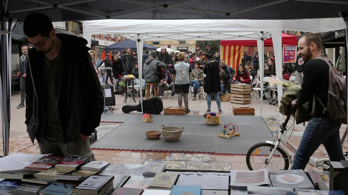 Puestos de libros alternativos guerrilleros en la plaza de la Revolució,en Gràcia.