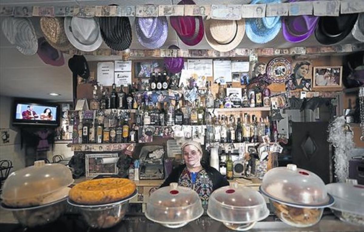 Leocadia Montes detrás de la barra del Bar Leo, en la Barceloneta.