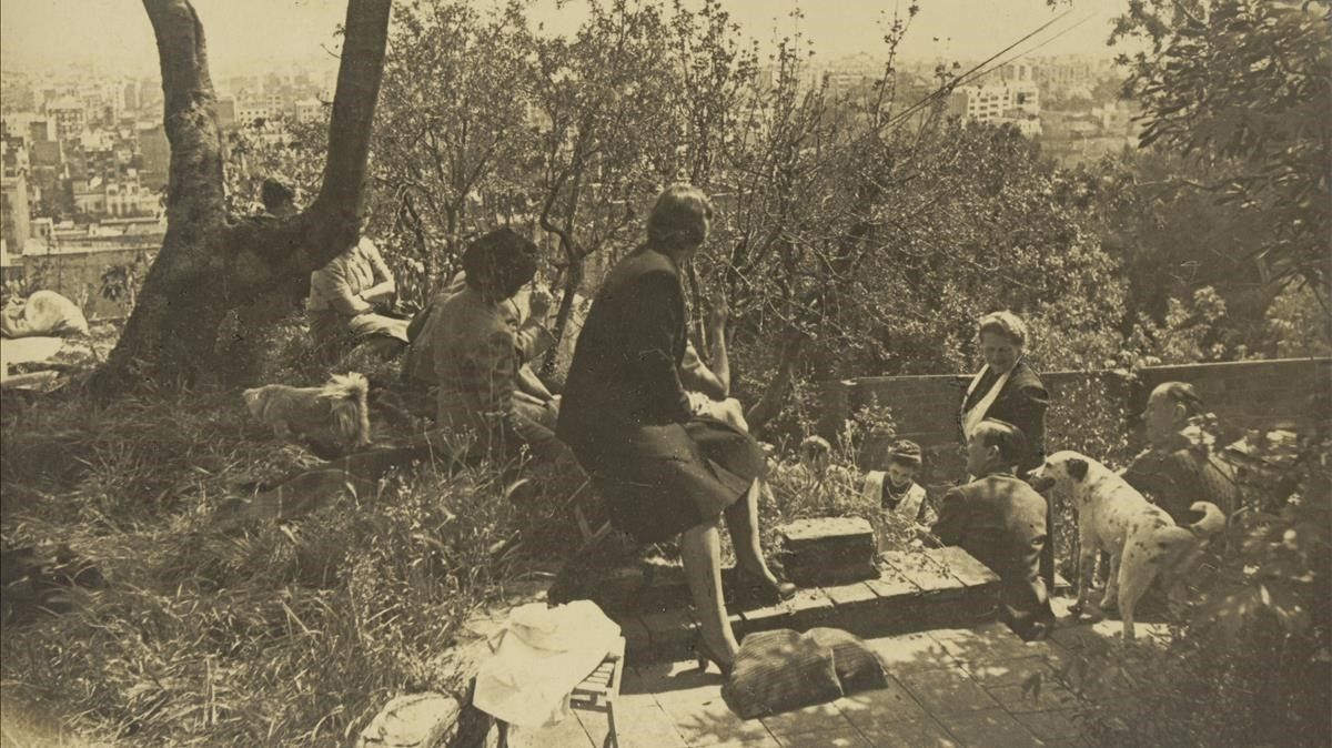 Uno de los encuentros que Olga Sacharoff (con delantal blanco junto a su perro Dicky) celebraba en el gran jardín de la torre de la calle de Manacor.