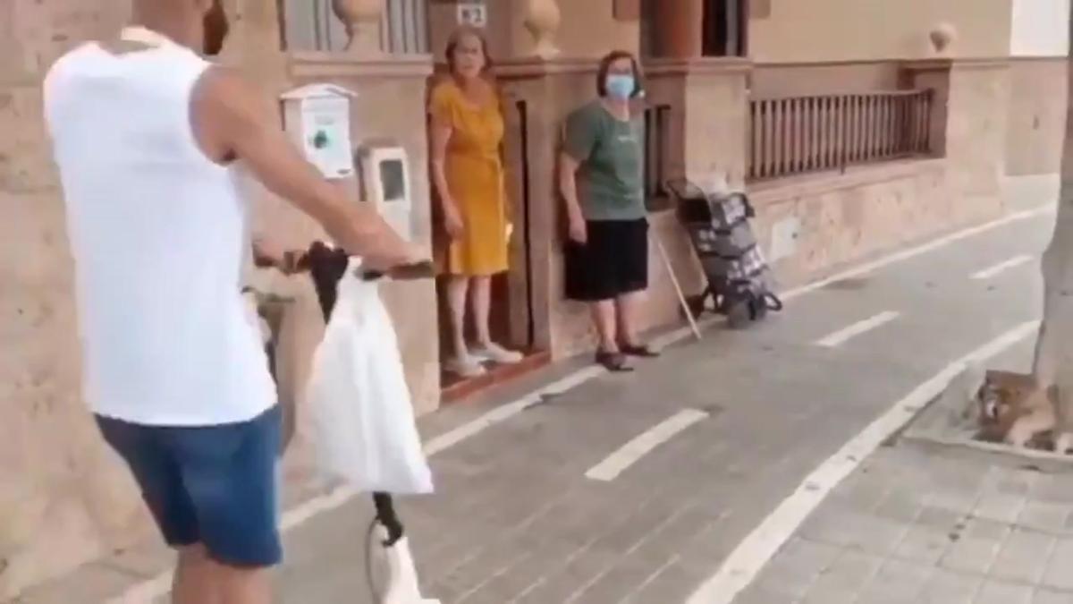 El carril bici absurd davant la porta d'una casa... i la solució ridícula