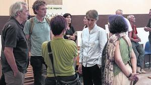 Teresa Forcades,de frente, charla con representantes de de la CUP, ICV-EUiA y Podem.