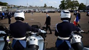 El ministro del Interior francés,Gerald Darmanin, pasa revista a unidades policiales este viernes enVelizy-Villacoublay, cerca de París.