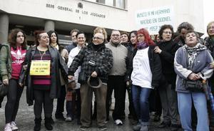 Protesta de l'associació SOS Nadons Robats davant dels Jutjats de plaça de Castilla, el 18 de gener passat.