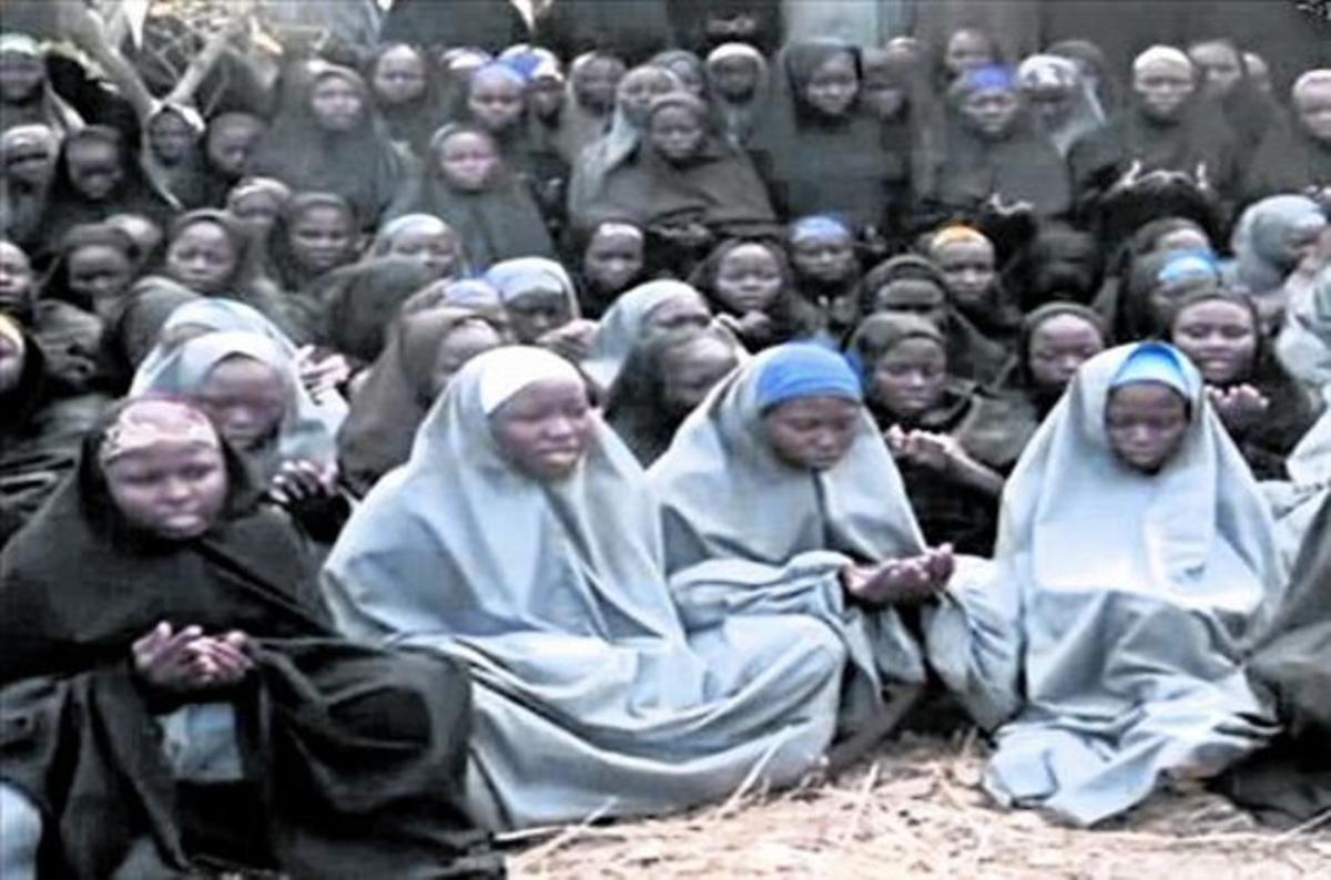 Fotografíadifundida por BokoHaram de las jóvenes que secuestró en Chibok.