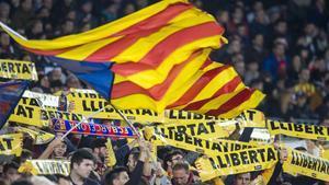 Banderas y pancartas para pedir la libertad de los políticos presos en el Camp Nou.