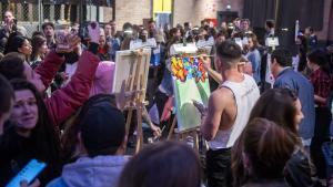 Batalla que ni pintada. Participantes de la última 'Art Battle', el pasado sábado, en la Antiga Fàbrica Estrella Damm.