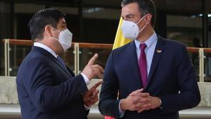 El presidente del Gobierno, Pedro Sánchez, conversa con el presidente de Costa Rica, Carlos Alvarado, durante su reunión en San José este 11 de junio.