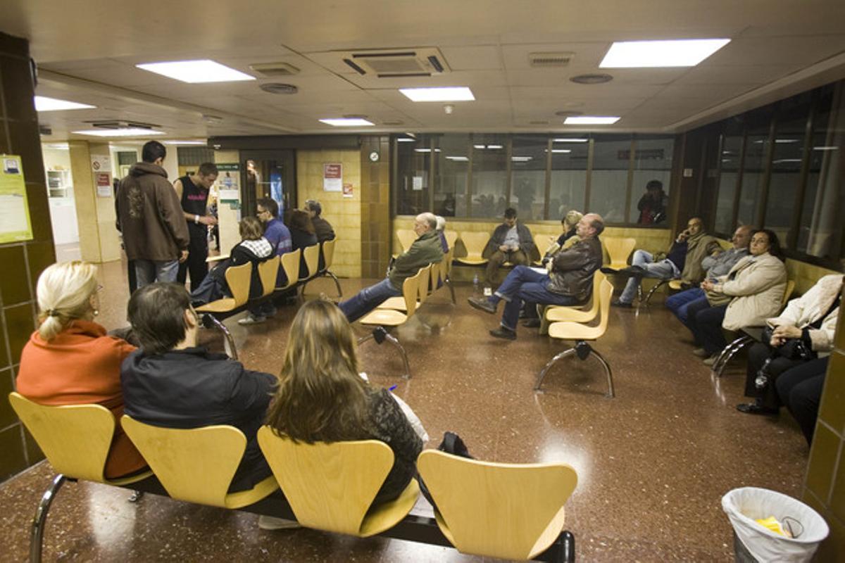 Pacientes en la sala de espera de urgencias del Hospital Clínic que llevaban más de ocho horas esperando a ser atendidos