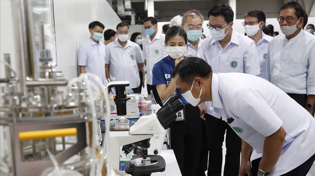 El viceprimer ministro tailandés y el ministro de salud pública de Tailandia visitan uno de los laboratorios en los que se está estudiando el desarrollo de una vacuna contra el covid-19.