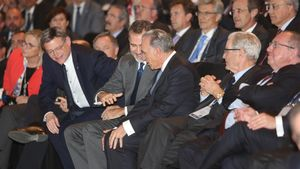 El rey Felipe VI, en el centro a la izquierda, saluda al presidente de la Fundació La Caixa, Isidre Fainé, en el acto de clausura del Congreso de Directivos.