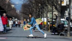 Gisela Pulido cruza la Rambla de Catalunya de Barcelona sobre un monopatín con su inseparable tabla.