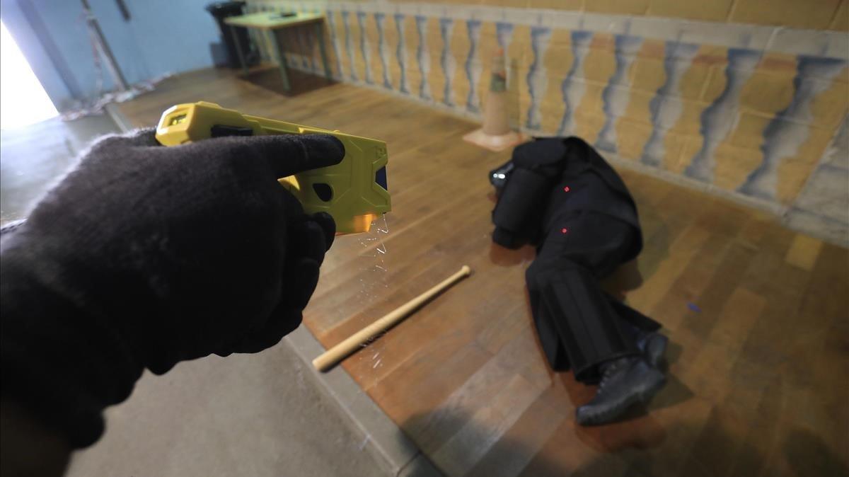 Pruebas con una pistola eléctrica o dispositivo electrónico de control de los Mossos d'Esquadra en el Institut de Seguretat Publica de Catalunya en junio de 2018.