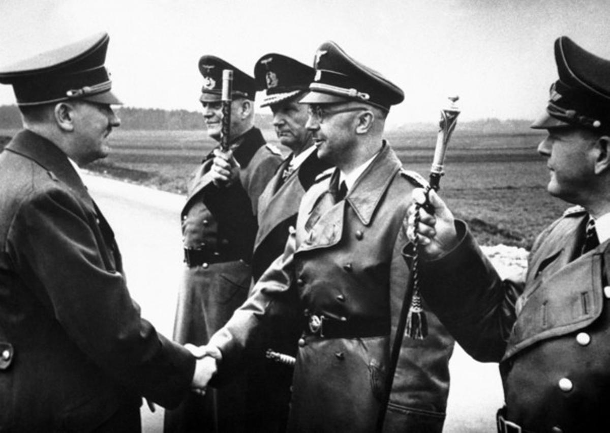 Adolf Hitler saluda a Heinrich Himmler, el 18 de mayo de 1944, en un lugar indeterminado de Alemania.