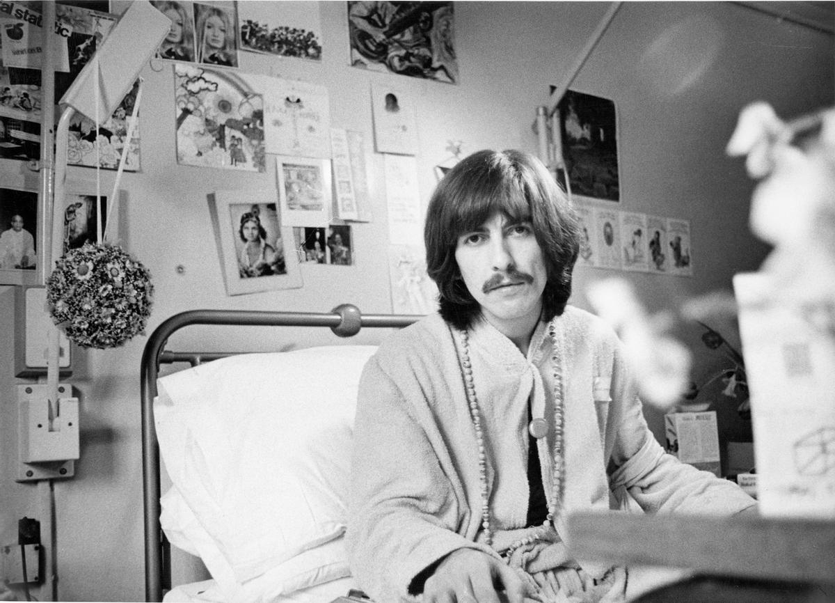 George Harrison, convaleciente de una amigdalitis, en Londres en 1969.