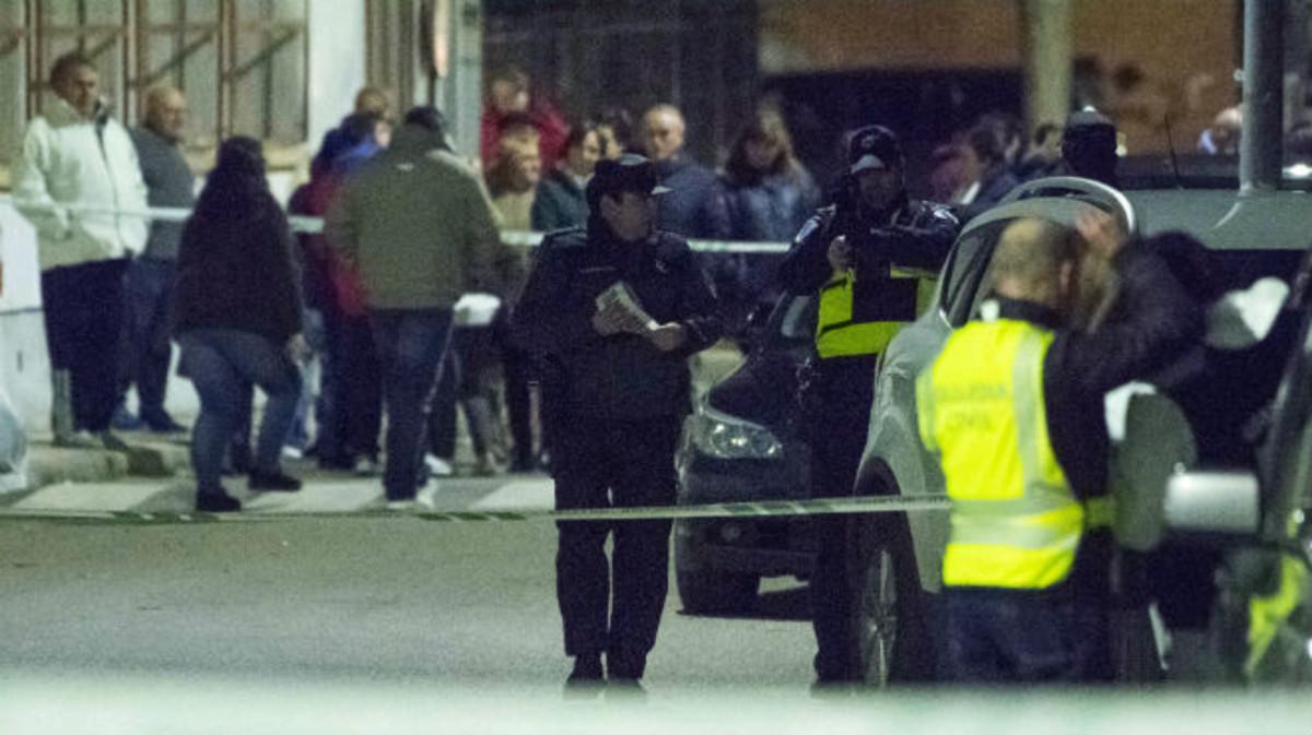 Agentes de la Guardia Civil, la Policía Nacional y vecinos, en el lugar del asesinato, en Mora (Toledo)
