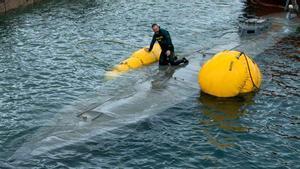 El narcosubmarino hundido es remolcado a puerto.