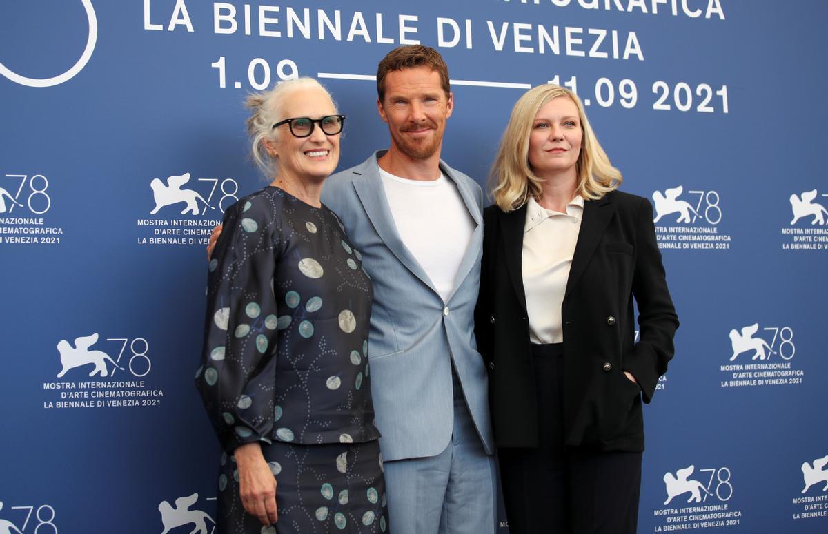 Jane Campion, con los actores Benedict Cumberbath y Kirsten Dunst, en Venecia, este jueves.