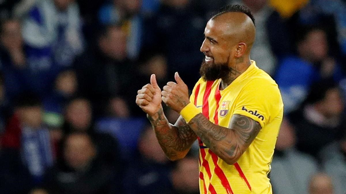 Arturo Vidal celebra su gol al Espanyol en el derbi.