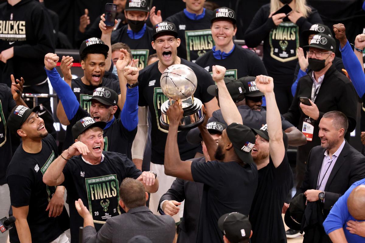 Los jugadores de los Bucks celebran su título de campeones del Este