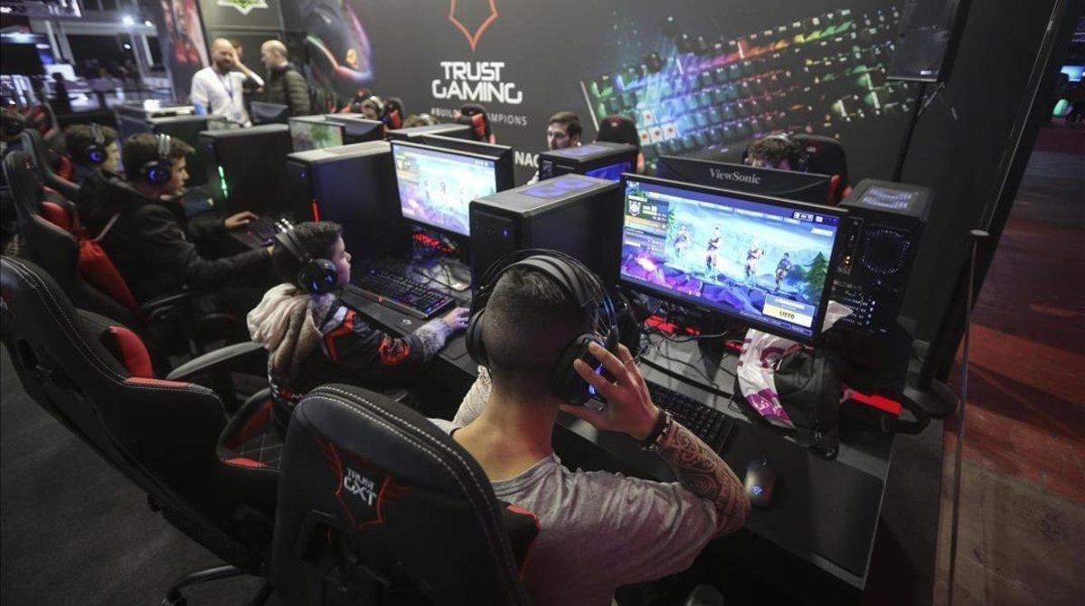 Varias personas juegan al Fortnite en una competición en la Barcelona Games World.