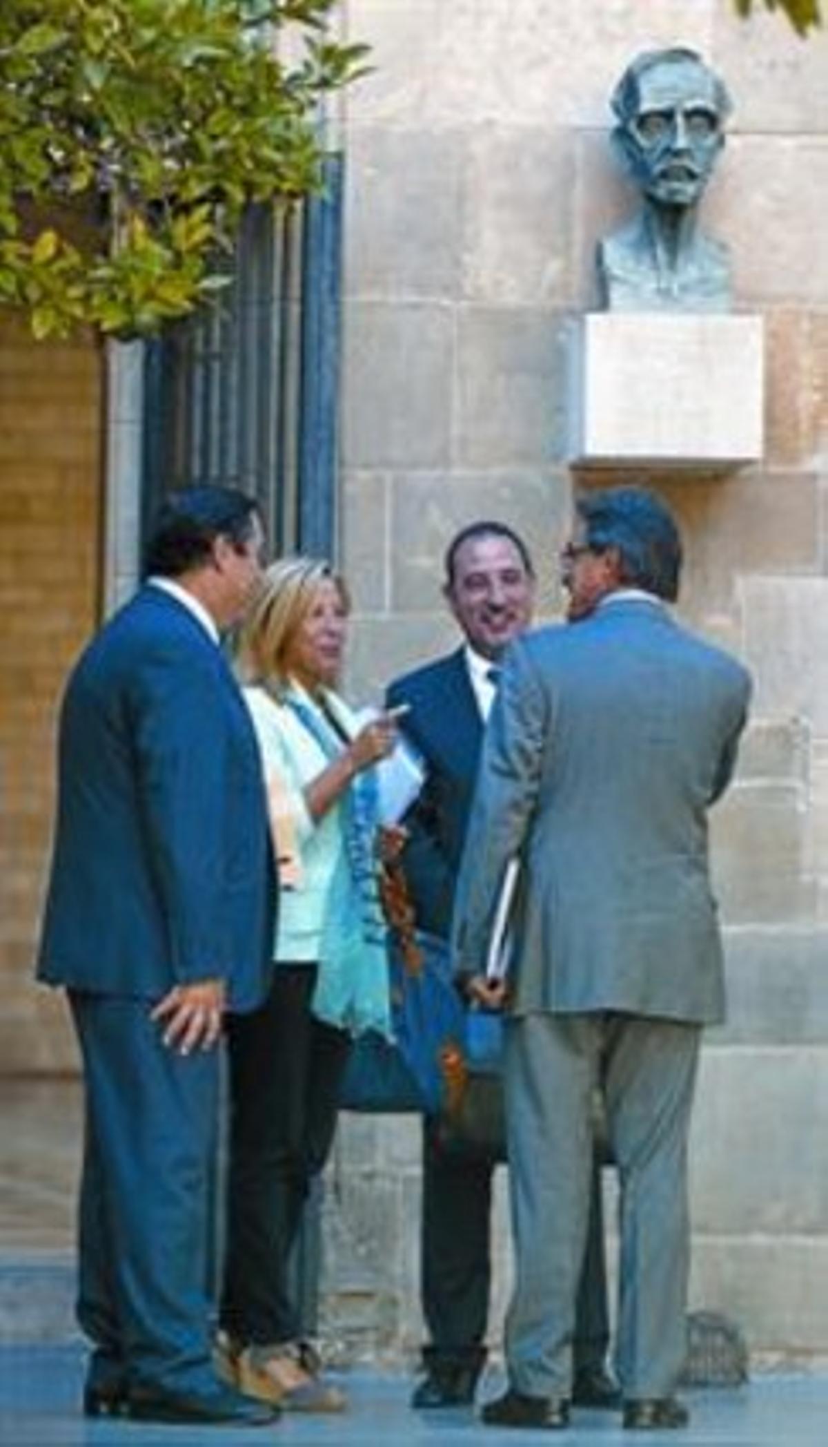 Artur Mas, ayer, en el Palau de la Generalitat junto a los consellers de Unió.