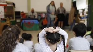 Unas madres cuentan cuentos tradicionales, adaptados a la realidad gitana, en un colegio de Barcelona.