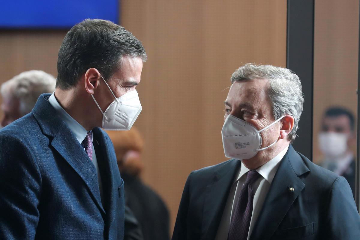 El presidente del Gobierno, Pedro Sánchez, charla con el primer ministro italiano, Mario Draghi, este 25 de mayo en Bruselas, durante el Consejo Europeo extraordinario.