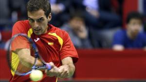 Albert Ramos devuelve una bola en su partido ante Novak Djokovic.