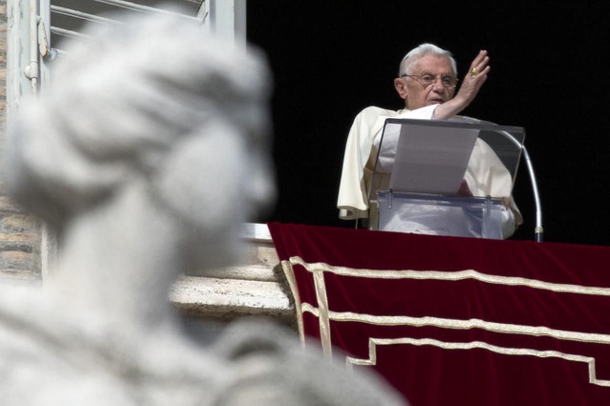 El papa Benedicto XVI durante su discurso del Angelus esta mañana en la plaza San Pedro del Vaticano. AP