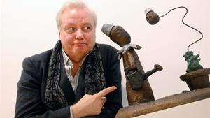 El artista Xavier, sobrino nieto de Picasso, junto a una de las esculturas de la serie 'Le jardin circonflexe'en la galería Joan Gaspar.