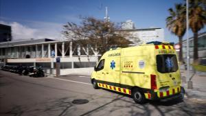 Ambulancia en el acceso de Urgencias del Hospital del Mar.