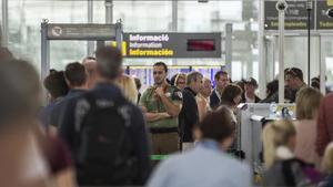 Colas de pasajeros ante los filtros de seguridad del aeropuerto de El Prat, el pasado 11 de agosto.