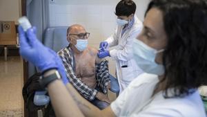 Un hombre mayor recibe la vacuna en el CAP Casernes, en Barcelona.