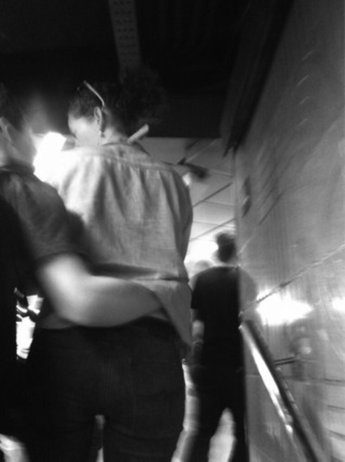 Enamorarse a lo bonzo es esto: salir de casa sin mirar que te pones ni si merece la pena quitarle la pinza a la camisa, no vaya a ser que pierdas un segundo y por lo tanto, un beso