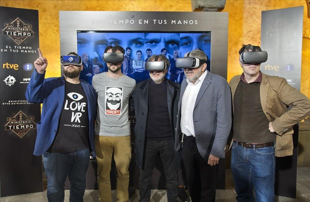 Responsables de 'El Ministerio del tiempo', con las gafas especiales para ver la nueva aplicación.