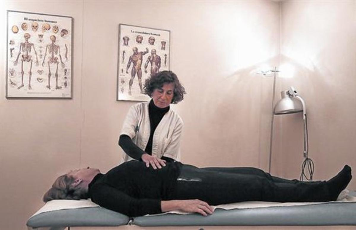 MANOS EN ACCIÓN.La osteópata Laura Masip atiende a una paciente.