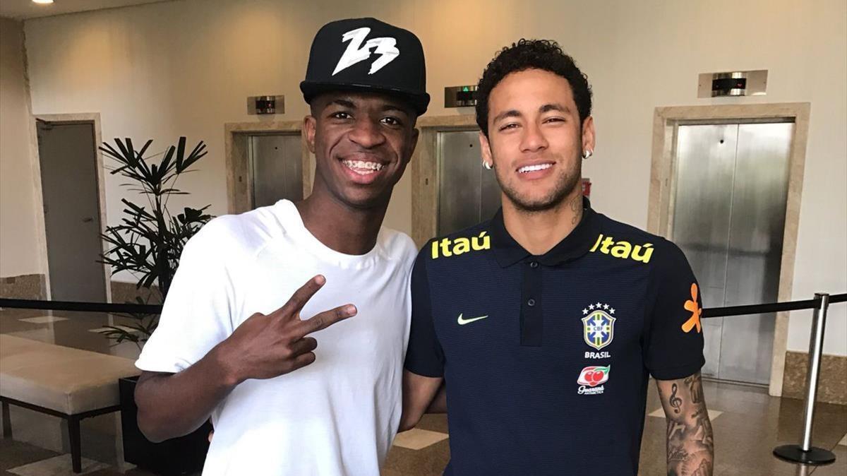 El sub-17 fichado por el Madrid, Vinicius Jr., posa con su ídolo, Neymar.