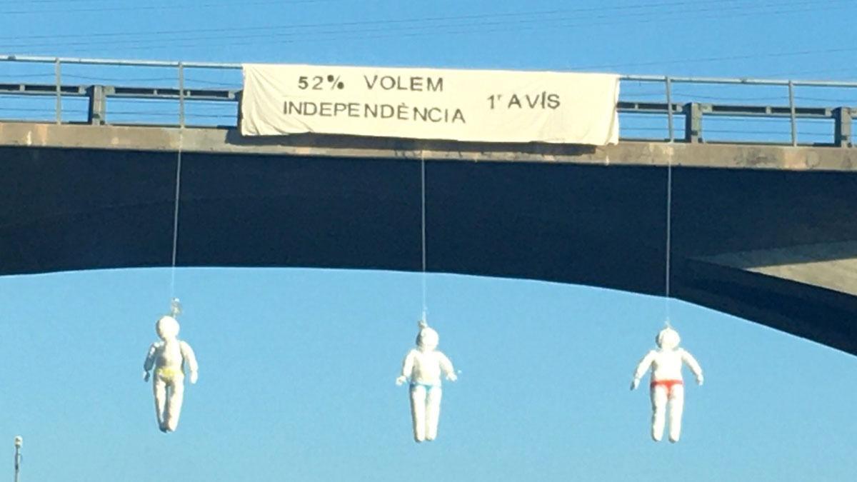 Muñecos colgados en la C-17, en Osona.
