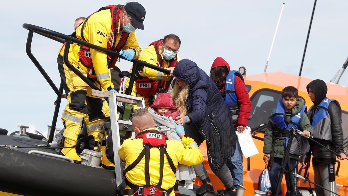 Migrantes rescatados en el Canal de la Mancha.