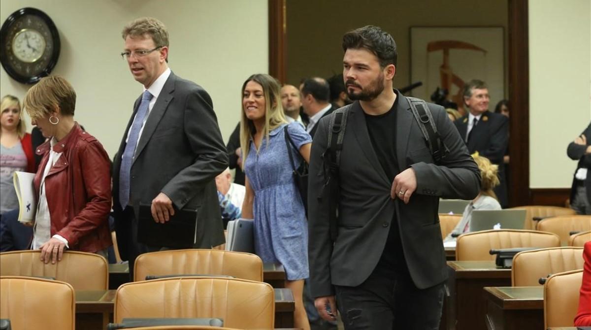Gabriel Rufián (ERC) y portavoces del resto de grupos en la entrada a la comisión que investiga la 'Operación Catalunya' en el Congreso.