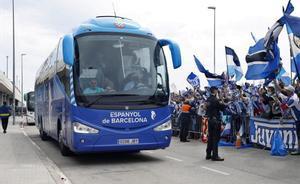 Centenares de seguidores reciben al ascendido Espanyol en el estadio de Cornellà.