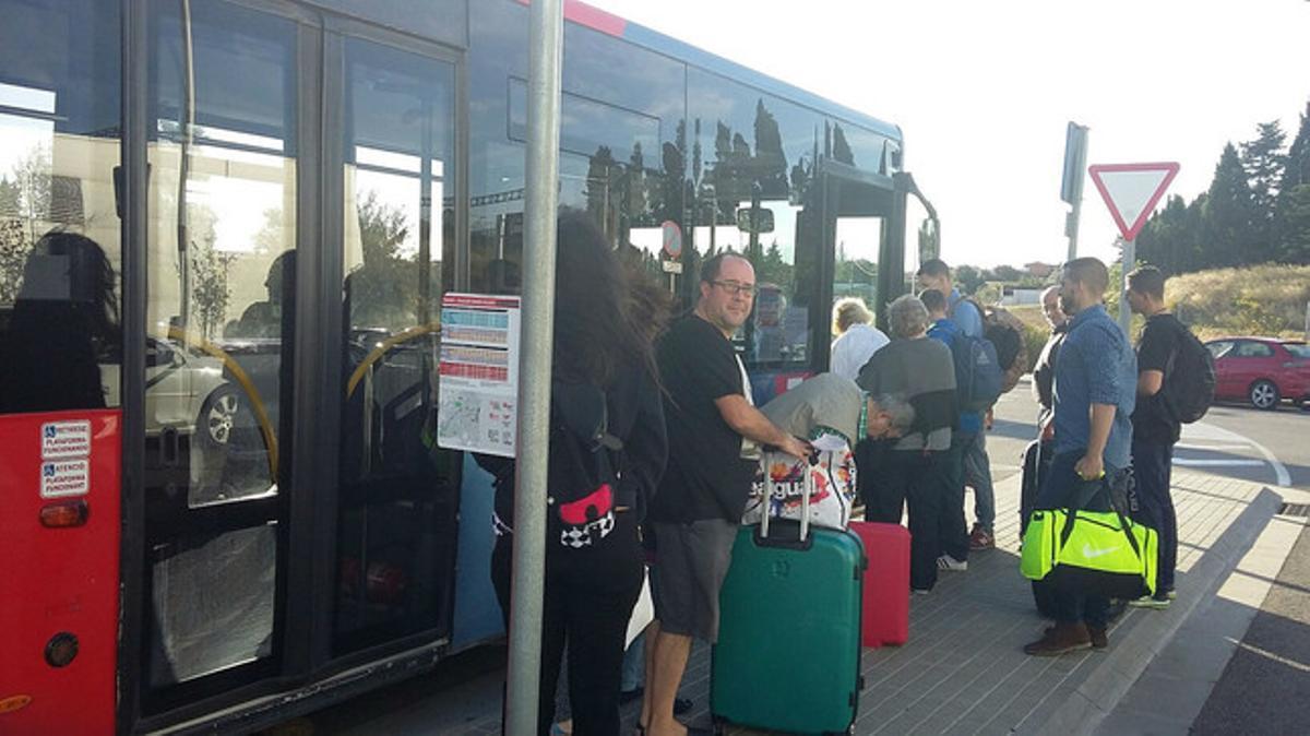 Pasajeros del AVE esperan a coger el autobús en la estación de Figueres.