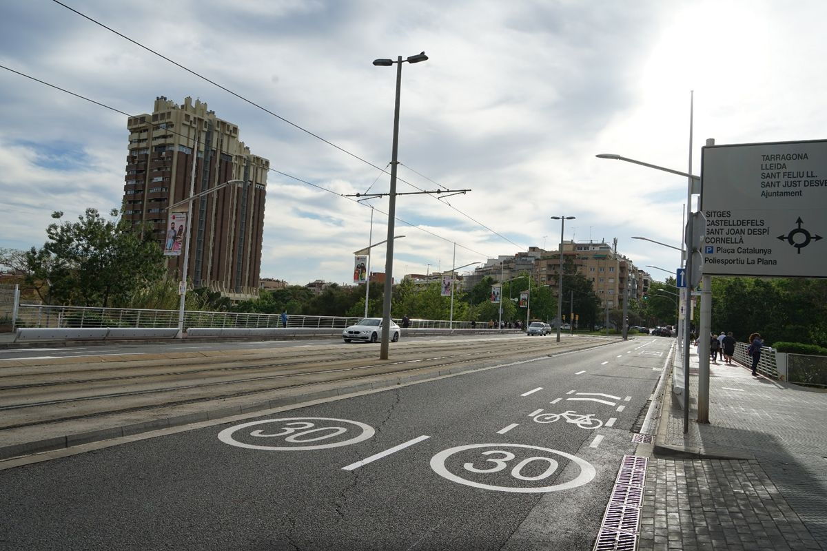 Bicis y patinetes, por la calzada en el Puente de Esplugues