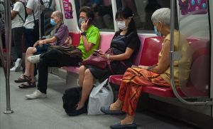 Pasajeros del metro de Singapur viajan protegidos con máscaras y respetando la distancia de seguridad.